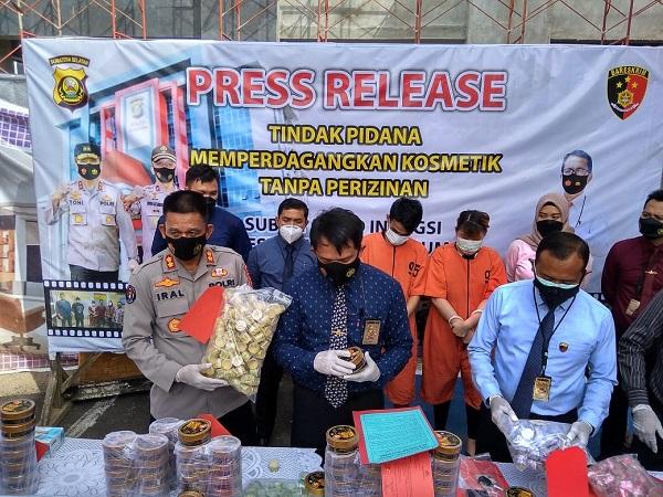 Ditreskrimsus Bongkar Penjualan Kosmetik Ilegal di Palembang, Pelakunya Sepasang Suami Istri