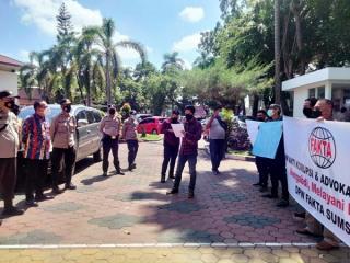 LSM-FAKTA Gelar Aksi Terkait Sidang Perdana Perkara Pemalsuan Surat Tanah di PN Palembang