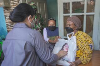 Selain Pantau Vaksinasi, Puan Maharani Bagi-bagi Rezeki ke Warga Tambora