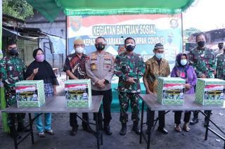 Kapolda Sumsel dan Pangdam II/Sriwijaya Berikan Bantuan Bagi Masyarakat Isoman