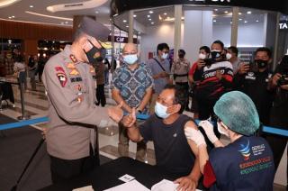 Kapolda Sumsel Sambangi Vaksinasi di Pasar Modern Palembang Icon