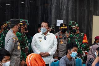 Pangdam II/Sriwijaya Dampingi Panglima TNI dan Kabaharkam Polri Tinjau Vaksinasi Massal