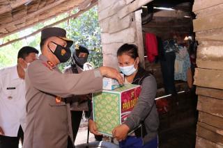 Kapolda Sumsel Berikan Bantuan Bagi Masyarakat yang Menjalankan Isolasi Mandiri di Talang Betutu