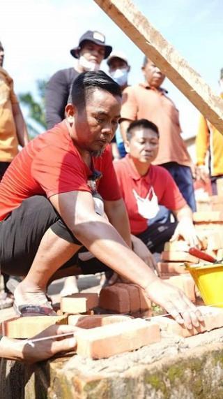 Bupati Pelalawan Turun Tangan Jadi Kuli Bangun Rumah Warga