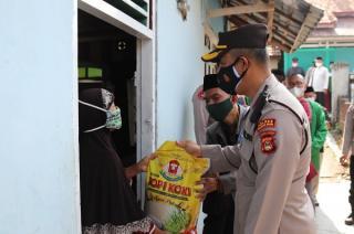 Polres Muara Enim Bersama PCNU Berikan Bantuan Bagi Masyarakat Isolasi Mandiri Melalui Program Jumat Barokah